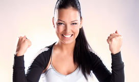 Femme de champion avec des poings serrés dans la victoire Image libre de droits