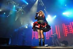 Femme de chanteur chantant dans le microphone Image libre de droits