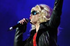 Femme de chanteur chantant dans le microphone Images stock