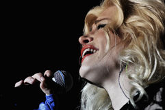 Femme de chanteur chantant dans le microphone Photo libre de droits