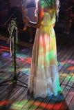 Femme de chanteur sur l'étape  Lumières de partie photos stock