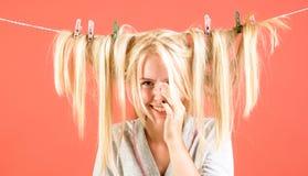 Femme de femme de charge de cru rétro femme au foyer émotive Soins de domestique ou de femme au foyer au sujet de maison Jeune mè photo libre de droits