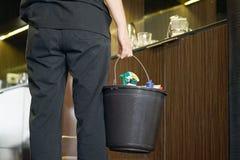 Femme de charge nettoyant une chambre d'hôtel photos libres de droits