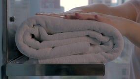Femme de charge plaçant des serviettes de bain dans la salle de bains d'hôtel clips vidéos