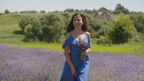 Femme de charme appréciant l'arome des fleurs de lavande clips vidéos