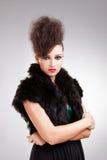 Femme de charme dans la robe noire avec la fourrure Photographie stock