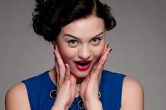 Femme de charme de plan rapproché avec les languettes rouges. Mode Image libre de droits