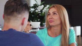 Femme de charme riant, appréciant le thé une date avec son homme banque de vidéos