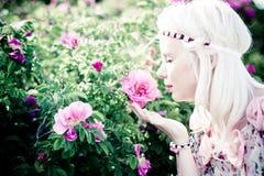 Femme de cheveux blonds avec les roses roses Photos libres de droits