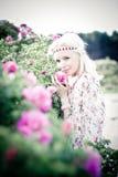 Femme de cheveux blonds avec les roses roses Photo stock