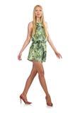 Femme de cheveux blonds portant la robe courte verte d'isolement sur le blanc Images libres de droits