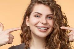 Femme de cheveux bouclés avec des parenthèses Photographie stock