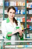 Femme de chimiste de pharmacie dans la pharmacie Photographie stock