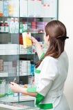 Femme de chimiste de pharmacie dans la pharmacie Images libres de droits
