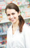 Femme de chimiste de pharmacie dans la pharmacie Photographie stock libre de droits