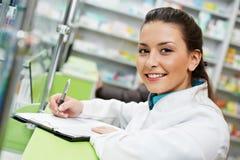 Femme de chimiste de pharmacie dans la pharmacie photos libres de droits