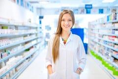 Femme de chimiste de pharmacien se tenant dans la pharmacie