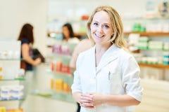 Femme de chimiste de pharmacien travaillant dans la pharmacie de pharmacie photo stock
