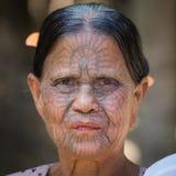 Femme de Chin tatouée par tribu de portrait Mrauk U, Myanmar Photos stock