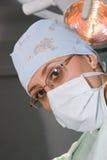 Femme de chirurgien avec le masque Image stock