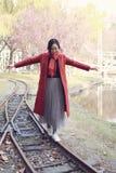 Femme de chute heureuse et bonheur, belle fille de femme marchant sur le chemin de fer en parc d'automne Image libre de droits