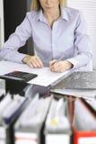 Femme de comptable ou inspecteur financier r?digeant le rapport, calculant ou v?rifiant l'?quilibre, plan rapproch? Affaires, aud photo stock