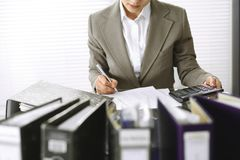 Femme de comptable ou inspecteur financier r?digeant le rapport, calculant ou v?rifiant l'?quilibre, plan rapproch? Affaires, aud images stock