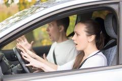 Femme de conducteur effrayée par jeunes et un homme Photographie stock