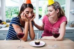 Femme de consolation d'ami pendant la fête d'anniversaire Images libres de droits
