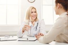 Femme de consultation de docteur dans l'hôpital photos stock