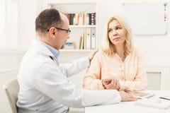 Femme de consultation de docteur dans l'hôpital image stock