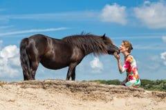 Femme de contact et poney noir Image stock