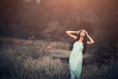 Femme de conte de fées d'imagination belle mais triste, - bois photos stock