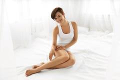 Femme de corps de beauté Belle fille touchant de longues jambes d'Epilated Images libres de droits