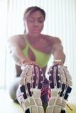Femme de couleur à la maison de forme physique faisant des jambes s'étendant sur la protection Images stock