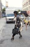 Femme de couleur élégante traversant la rue à New York Photos stock