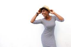 Femme de couleur attirante souriant avec le chapeau image stock