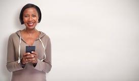 Femme de couleur avec le smartphone Photos stock