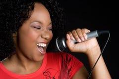 Femme de couleur chanteuse photographie stock libre de droits