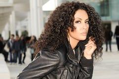 Femme de couleur, coiffure Afro, à l'arrière-plan urbain Photo stock