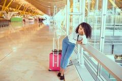 Femme de couleur contrariée et frustrée à l'aéroport avec le canc de vol Images libres de droits
