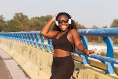 Femme de couleur folâtre sur la rue dans l'heure d'été Photo stock