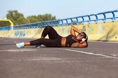 Femme de couleur folâtre sur la rue dans l'heure d'été Photographie stock
