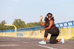 Femme de couleur folâtre sur la rue dans l'heure d'été Photos stock