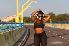 Femme de couleur folâtre sur la rue dans l'heure d'été Photographie stock libre de droits
