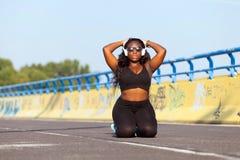 Femme de couleur folâtre sur la rue dans l'heure d'été Photo libre de droits