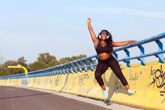 Femme de couleur folâtre sur la rue dans l'heure d'été Images stock