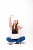Femme de couleur heureuse avec les bras augmentés et l'ordinateur Photo stock