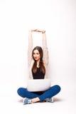 Femme de couleur heureuse avec les bras augmentés et l'ordinateur Photos libres de droits