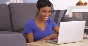 Femme de couleur heureuse surfant l'Internet Photos libres de droits